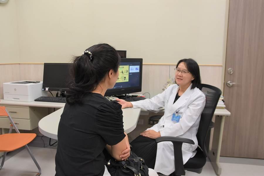 中國醫藥大學新竹附設醫院身心醫學科主任王明鈺(右),談論成人注意力缺失症的症狀,(圖非當事人)。(莊旻靜攝)