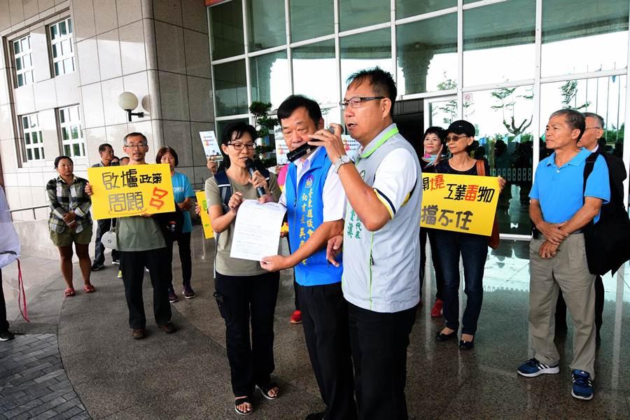 反對啟用焚化廠的民眾在議會大門口抗議。(莊哲權攝)