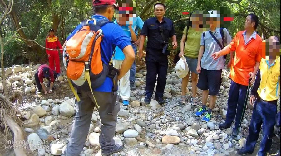 眾人花費3小時搜山後,終於找到涂、范2名登山研究員。(翻攝照片/巫靜婷苗栗傳真)