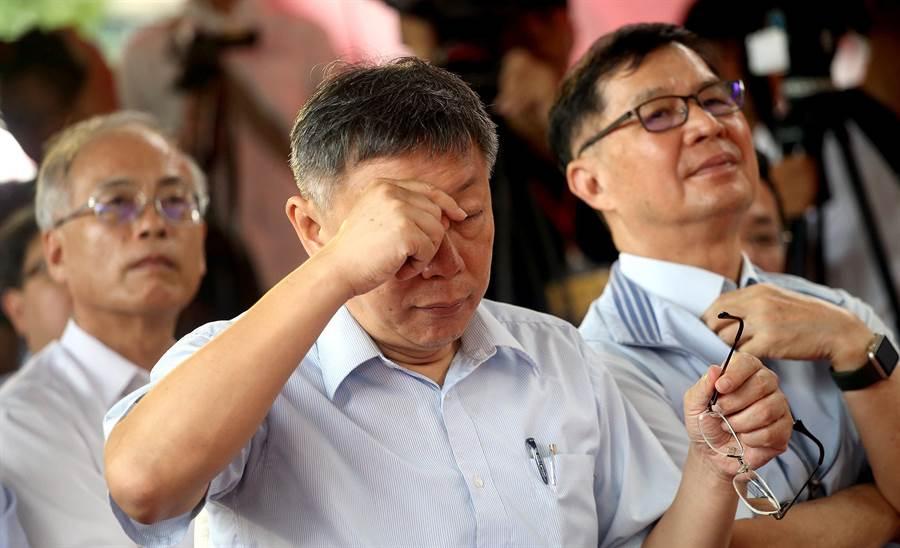 柯文哲(左)與台北市副市長彭振聲(右)出席「信義區三興段資源回收廠基地公共住宅新建工程」動土祈福典禮,柯文哲不時拿下眼鏡揉眼。(范揚光攝)