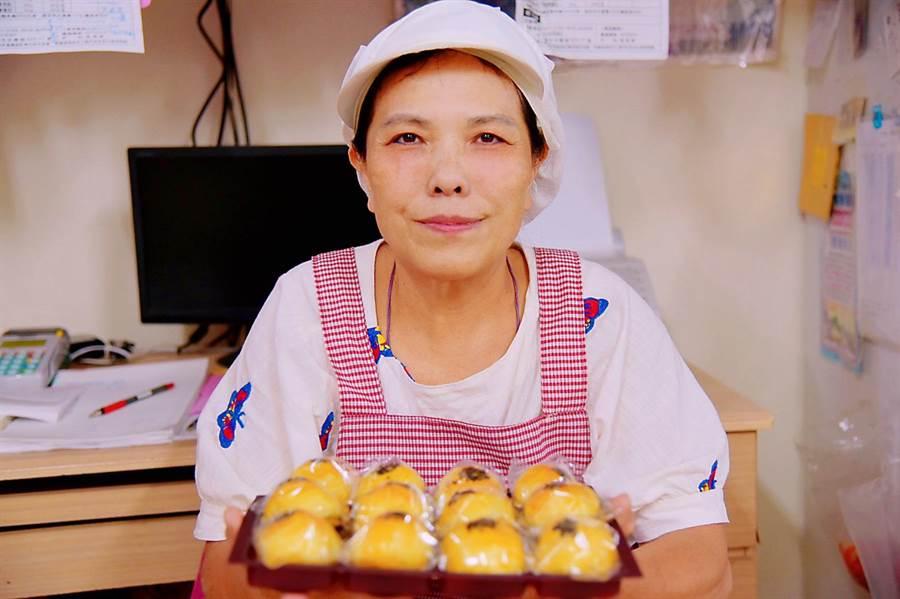張阿姨雙手揉著餅皮,小心翼翼的包起每一個蛋黃酥,,張阿姨說,堅持用最好的才能做出最佳的食品,秉持著老闆日式職人般的精神,以最紮實的功夫,成就每一顆金黃香酥的餅點。(王昱凱)
