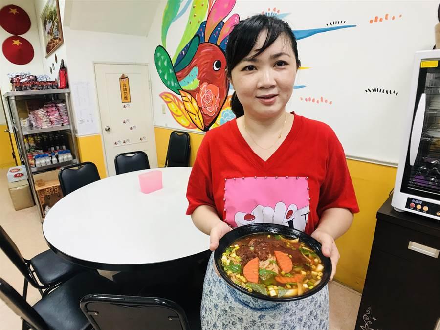 越美味食堂供應正統越南美味,也與客人交流台越文化,店內牆上彩繪充滿濃濃越南風。(林宏聰攝)