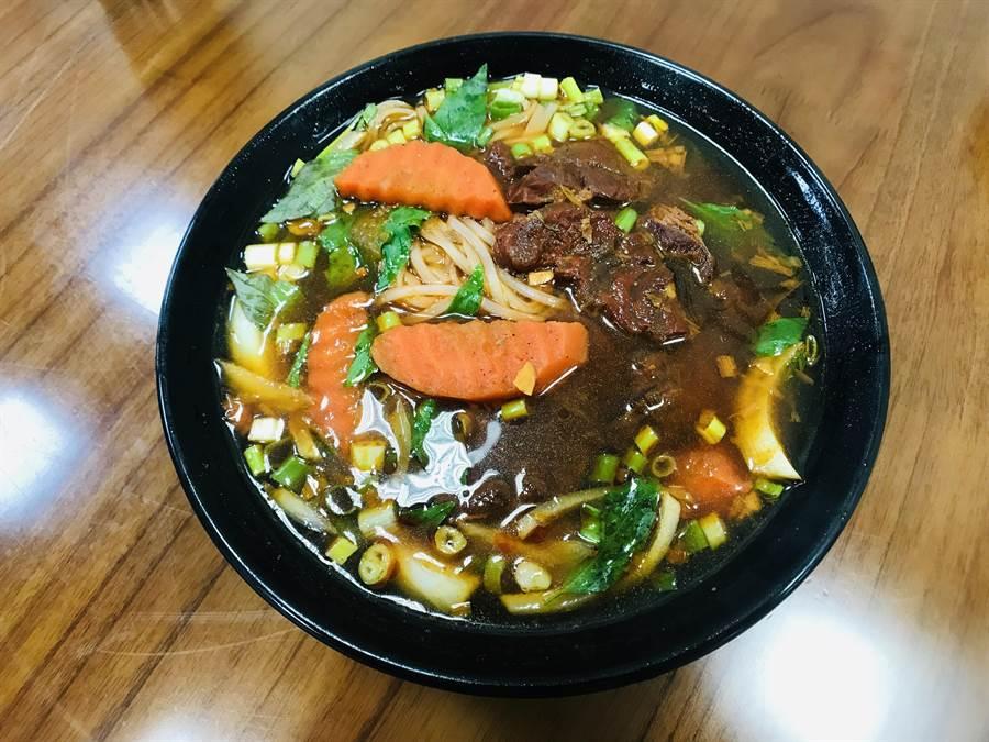越美味食堂的「紅燒牛肉河粉湯」用了十幾種越南進口香料,長時間熬煮,與台式紅燒味道同中有異。(林宏聰攝)