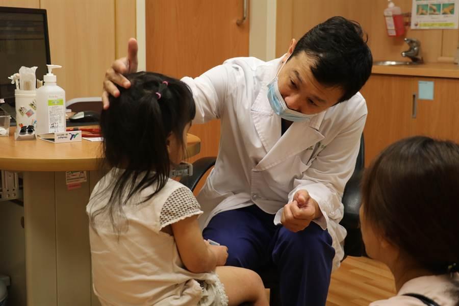 台中慈濟醫院小兒免疫醫師余孟恭問診檢查,了解小兄妹異位性皮膚炎狀況。(王文吉攝)