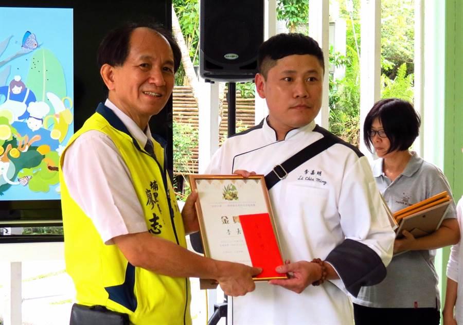 ▲蝴蝶餐創意料理競賽獲得金質獎的是來自高雄的李嘉明,當場由埔里鎮長廖志城頒給獎狀和獎金。(楊樹煌攝)
