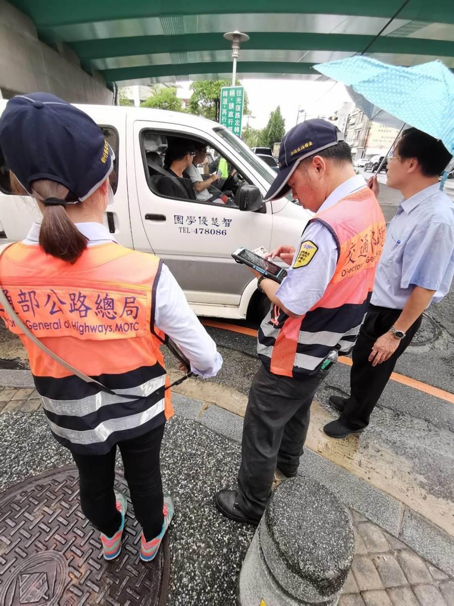 監理人員攔檢查獲一部接送車違規改裝後排座位,當場製單告發。〔謝明俊攝〕