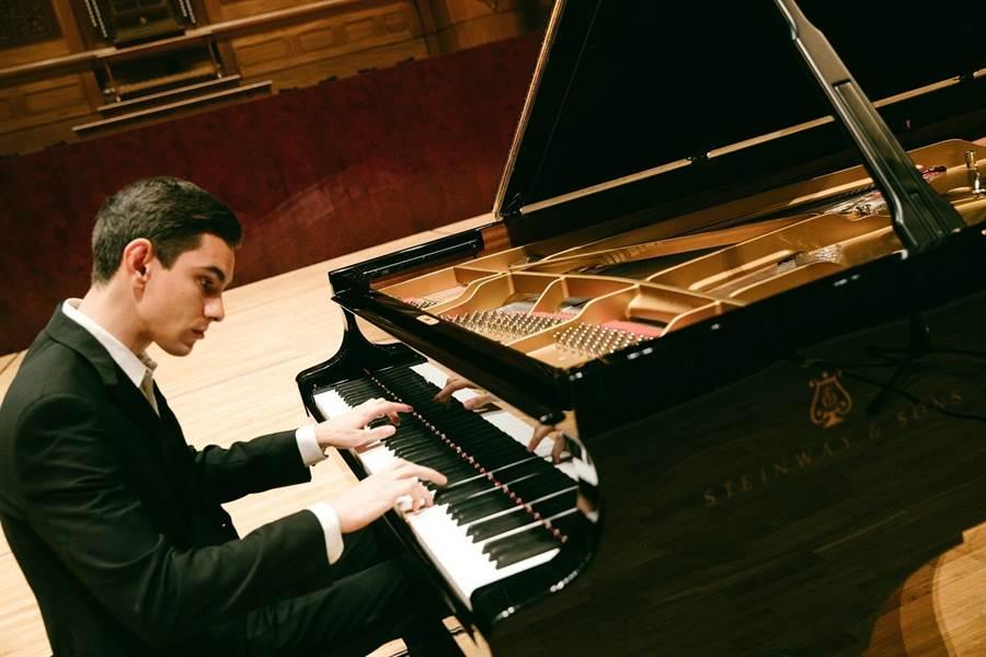 俄國鋼琴家希斯金彈琴時,總是十分專注,歷經大賽洗禮,讓他更為沉著穩健,不迷失在名氣光環裡。據了解,光是10月第一周,他就需先來台北,再到日本,再回台北,完成多場音樂會。(尼可樂表演藝術提供/李欣恬台北傳真)