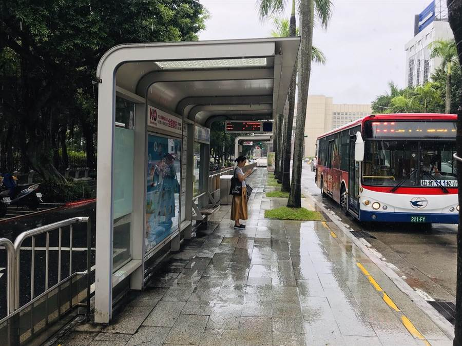 北市8月底已將全市3300多個公車站位,建置了虛擬智慧型站牌(QR Code),可透過手機或平板掃描,直接查到公車的到站時間。(張穎齊攝)