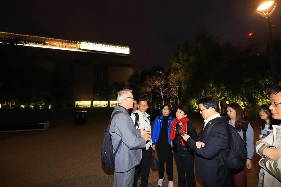 台中市長盧秀燕參訪泰晤士河畔節,由節目總監Adrian Evans LVO導覽解說,交流河畔活動辦理的撇步。(台新市新聞局提供/盧金足台中傳真)