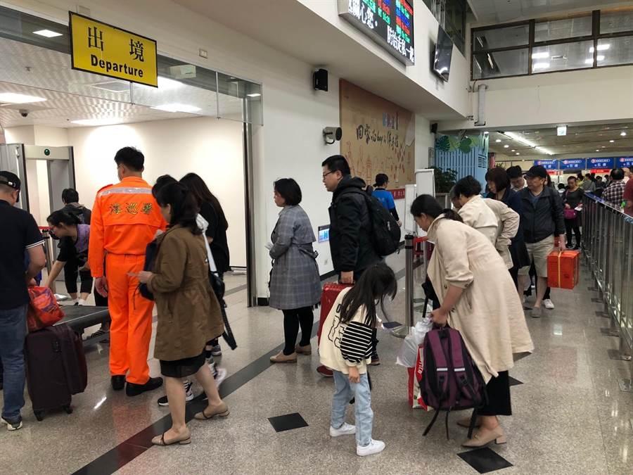 台北、北京大兩岸關係不好,金門、廈門小兩岸也跟著拉警報。金門「小三通」8月入出境旅客總數,較去年同期減少2.87%。(李金生攝)