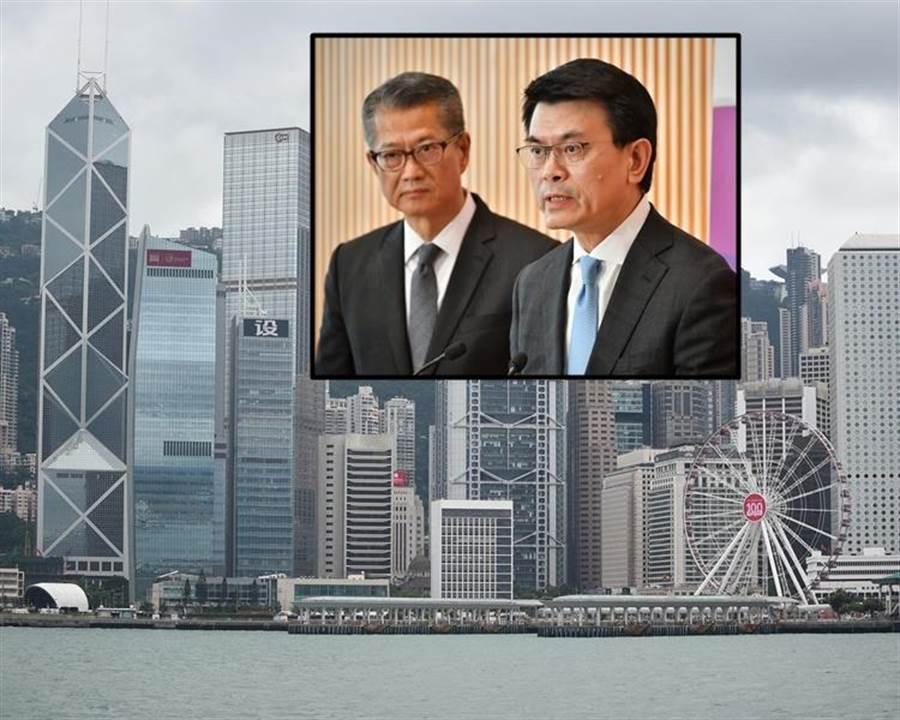 財政司司長陳茂波(左)和商務及經濟發展局局長邱騰華宣布推出支持中小企新措施。(摘自星島網)