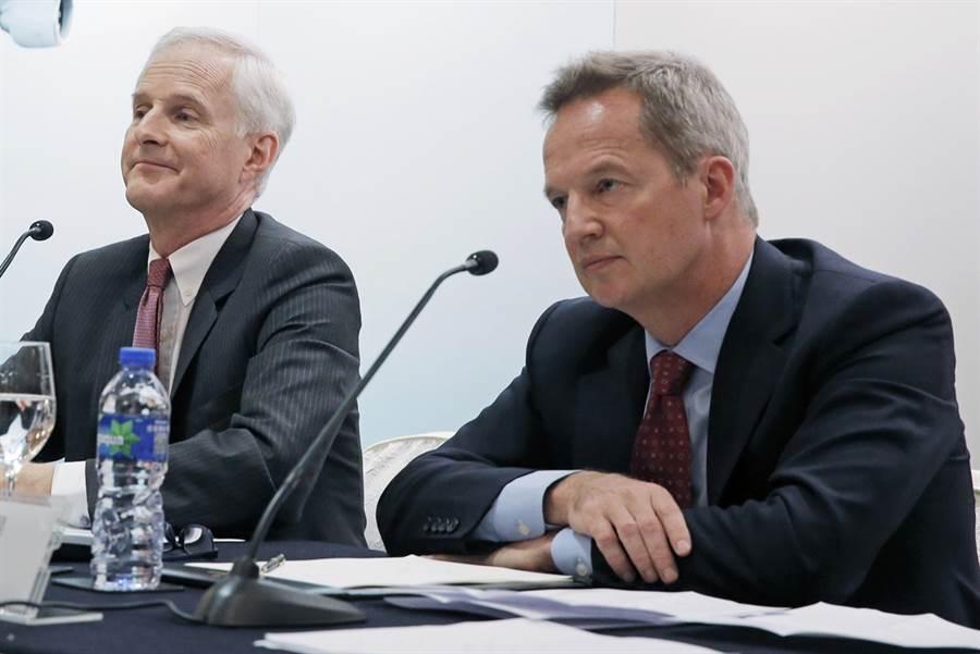 國泰航空前行政總裁何杲(Rupert Hogg,右)已於8月16日宣布辭職。(圖/美聯社)