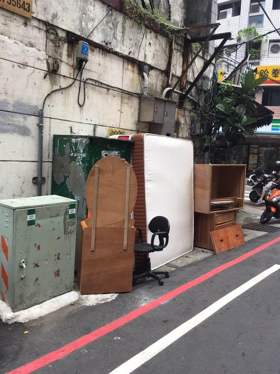 三重福利里長劉佩華為解決垃圾問題,向區公所申請經費,請來匠師綠美化成可愛貓咪植物牆。(翻攝照片/戴上容新北傳真)