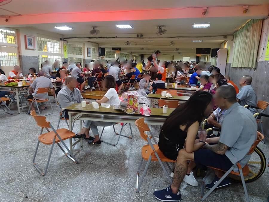 台北看守所4日在所內舉辦面對面懇親活動,開放百位收容人在佳節前夕與父母妻小面對面相聚。(許哲瑗攝)