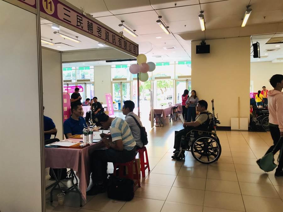 新北市身障者以及市民就業徵才活動4日在三重綜合體育館舉辦,吸引許多身障朋友前往,但全場1231個職缺專屬身障者職缺只有205個,換算不到2成引發批評。(戴上容攝)