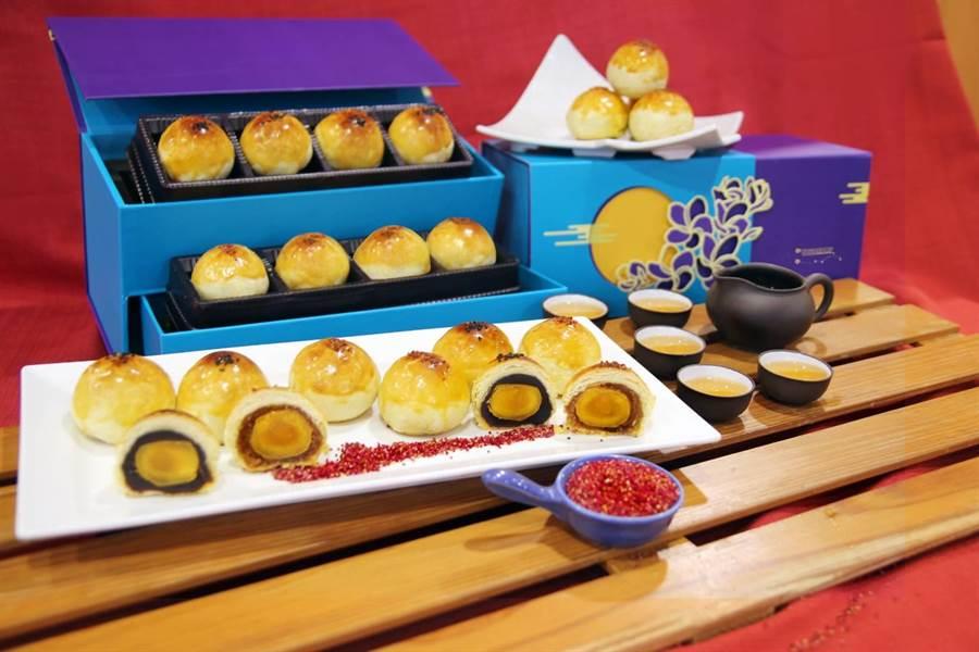 劍湖山飯店的蛋黃酥有著完美紅豆香與不黏膩的紅豆餡口感,與來自宜蘭的蛋黃融為一體,豆沙餡是祕密武器。(劍湖山渡假飯店提供)