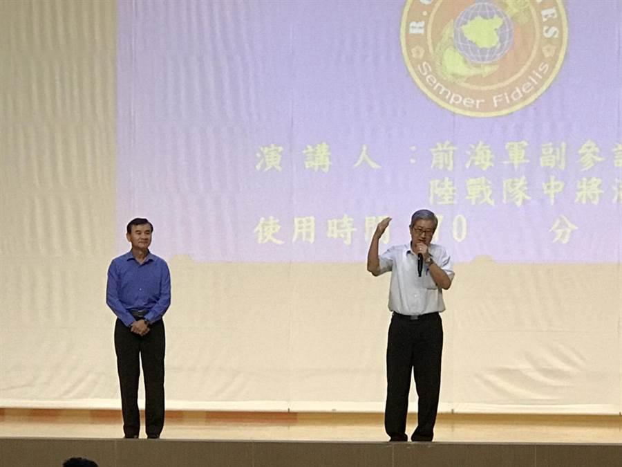 前副參謀總長潘進隆中將(左)4日與近千位高師大新鮮人分享人生經驗。(高師大提供/曹明正高雄傳真)