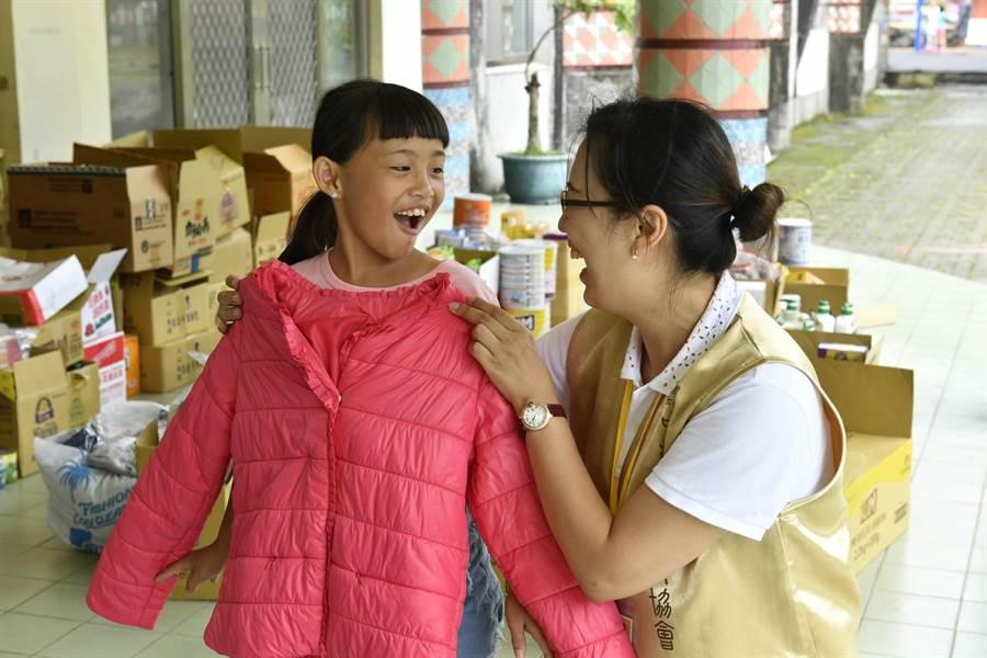道家人文協會舉辦「愛的加菜金․午餐幸福味~新竹縣新樂國小物資捐贈活動」。(道家人文協會提供)