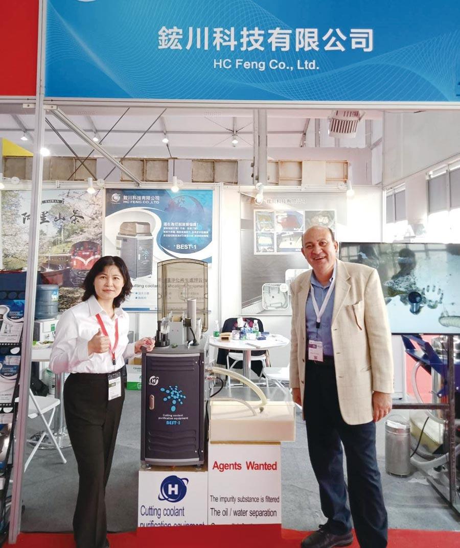 鋐川公司參加2019中國國際機床展,該公司國外業務經理趙梅玲(左),向國外客戶解說多功能油水分離複合機特色。圖/鋐川公司提供
