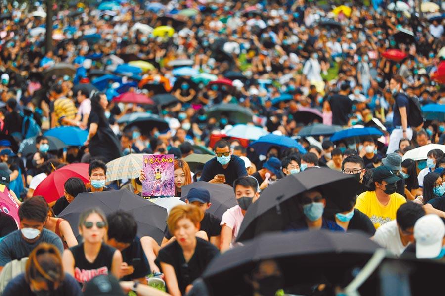 逾4萬名港民昨日齊聚特首辦附近的添馬公園,舉行「全民三罷」集會。(路透)
