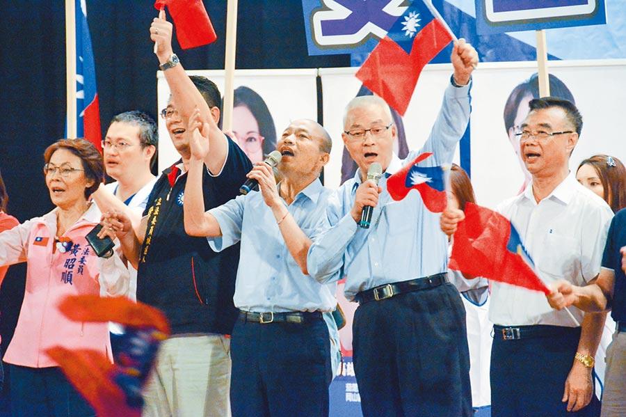國民黨高雄市黨部昨晚舉辦「勝選2020」團結大會,黨主席吳敦義(右二)與總統參選人韓國瑜(右三)帶領台下支持者大合唱,現場氣氛沸騰。(林宏聰攝)