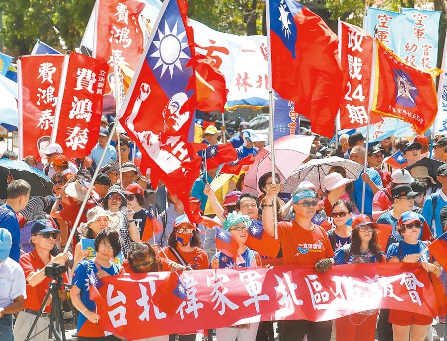 國民黨全國九三軍人節向軍人致敬活動台北場3日舉行,韓家軍頂著烈日高舉國旗呼口號,力挺韓國瑜奪回2020執政權。(陳怡誠攝)