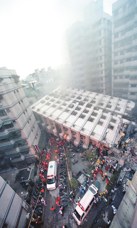 921大地震造成新莊市民安路「博士的家」、「龍閣」大樓倒塌,數百戶居民無家可歸。(本報資料照片)