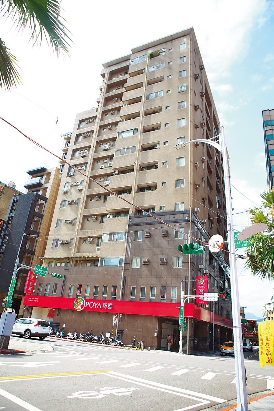 台北市東星大樓歷經10年原地重建,1樓進駐寶雅生活用品,人來人往很熱鬧。(張立勳攝)