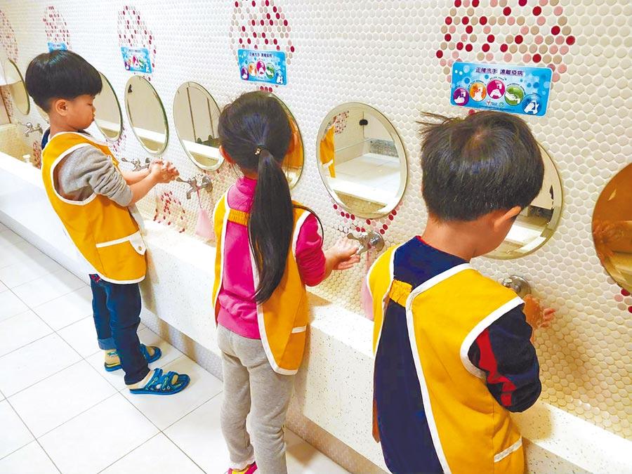 腸病毒與流感,考驗開學後的校園防疫,疾管署呼籲民眾落實正確勤洗手等措施。(桃園市衛生局提供)