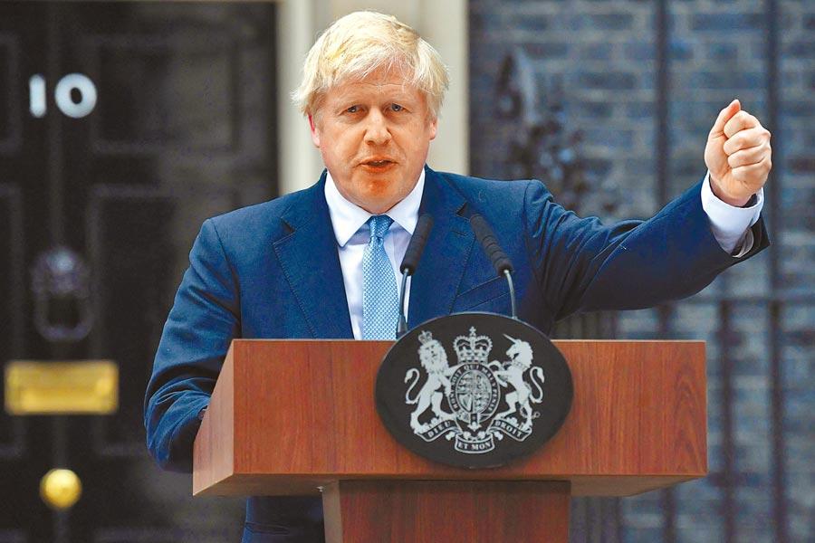 英國首相強森2日在倫敦的首相府外發表聲明,促請國會不要支持「無意義」的脫歐延期,揚言一旦國會通過相關法案,將不惜提前在10月14日舉行大選。(法新社)