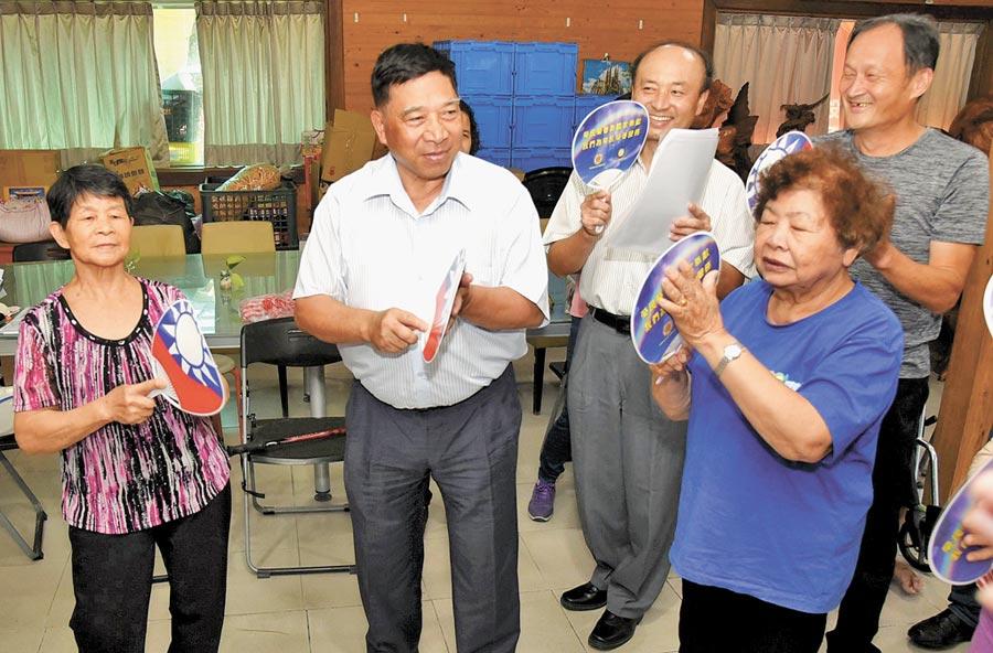 南投縣副縣長陳正昇(左二)與社區關懷據點的老人家們一起活動同樂。(楊樹煌攝)