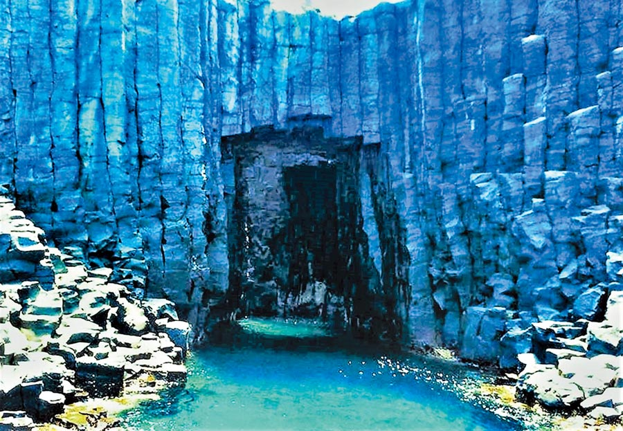 澎湖南方四島西吉嶼「藍洞」,璀璨耀眼的神祕藍一舉躍升2019年全球10大網美景點。(陳可文攝)