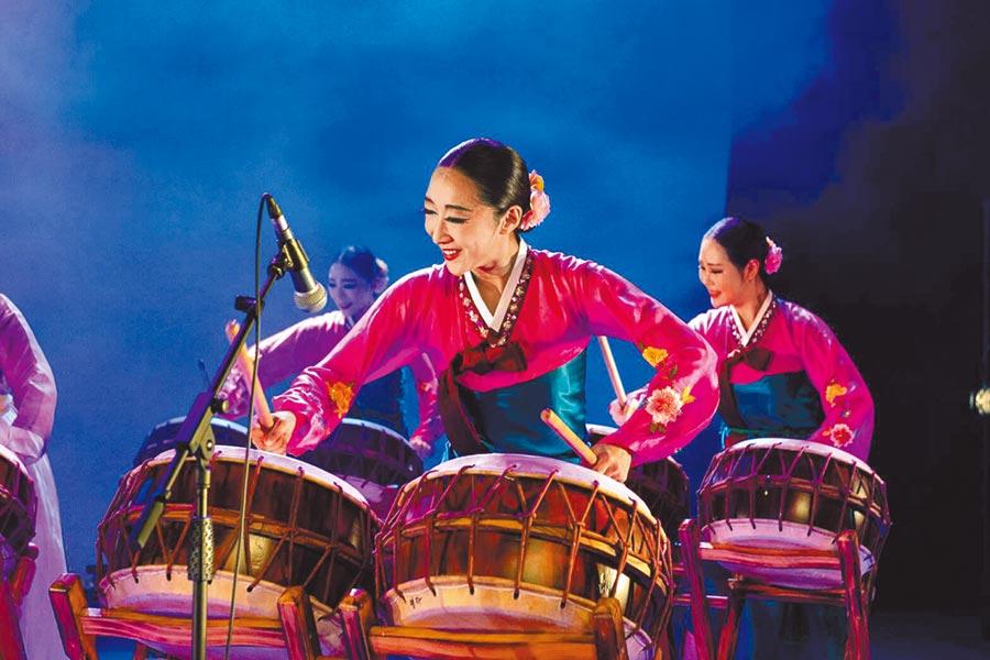遠百邀來韓國代表性的「愛舞團」巡迴演出,融合韓國傳統舞加上創作曲目,表演傳統舞與文化慶典,演出場次如下,9月5日14時板橋大遠百、18時桃園遠百,6日11時新竹大遠百、18時高雄大遠百,7日11時30分高雄大遠百、19時板橋大遠百。(遠百提供)