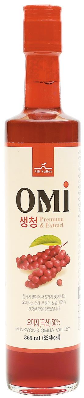 韓國聞慶五味子汁,五味子含維他命C及E,是韓國人氣養生食品,來自韓國古代王公貴族及名醫強身健體的中藥方,具有辛、甘、酸、苦、鹹5種味道,每瓶365ml,原價900元、特價700元。(遠百提供)