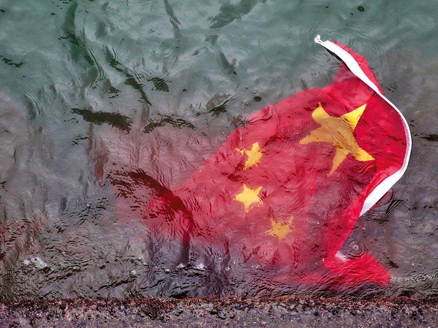 北京把反送中定位為顏色革命。圖為8月3日,香港旺角遊行散場後有示威者將尖沙咀碼頭旗桿上的五星旗拆下丟到水中。(取自香港01)