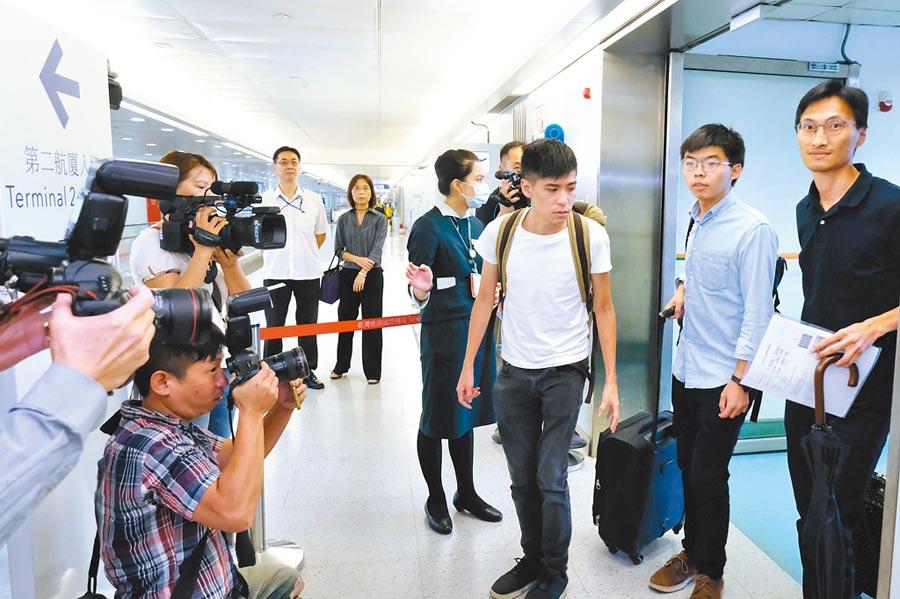 香港眾志祕書長黃之鋒(右2)、香港專上學生聯會前副祕書長岑敖暉(右3)、香港立法會議員朱凱迪(右1)3日上午搭機從香港抵達桃園國際機場。(中央社)