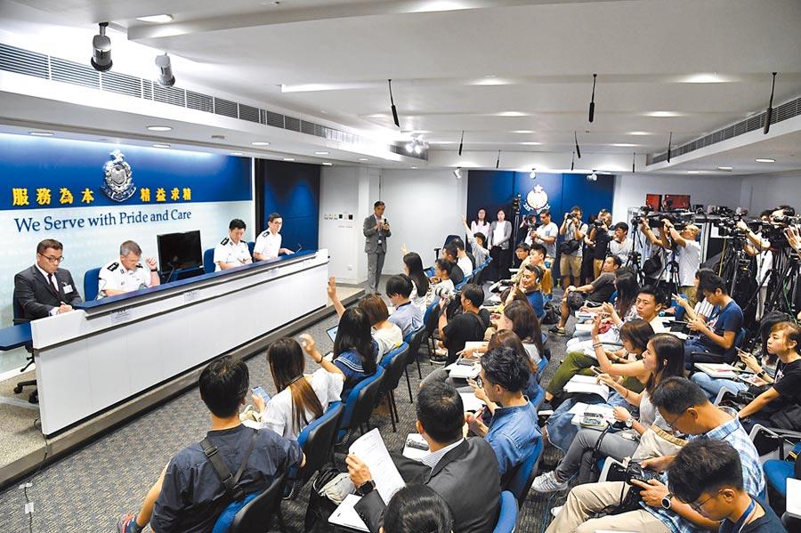 香港警方3日例行記者會透露,網民發起不合作運動,警方以藏有攻擊性武器、違反禁制令等罪名拘捕8人。(中新社)