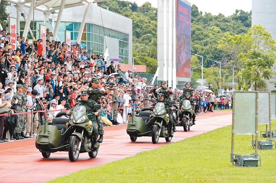 港澳辦強調中央決不會坐視香港局勢惡化。圖為7月1日,解放軍駐港部隊女特戰隊員表演摩托車特技駕駛和射擊。(新華社)