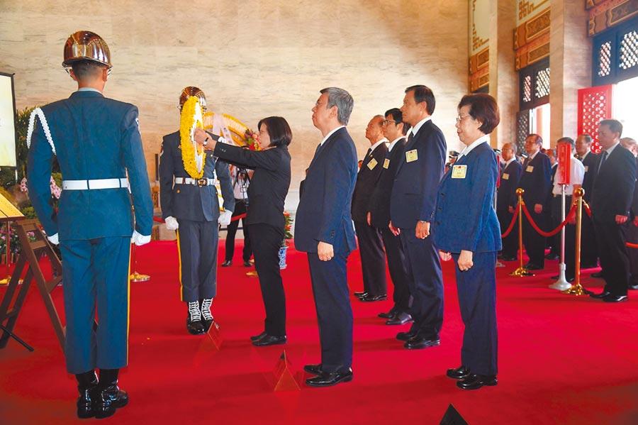 9月3日,總統蔡英文主持108年秋祭忠烈殉職人員典禮,並向國民革命烈士靈位獻花。(中央社)