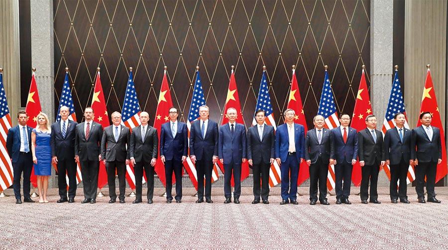 中美展開新一輪貿易談判,目前尚有變數。圖為7月31日,第12輪中美貿易談判在上海舉行。(新華社)