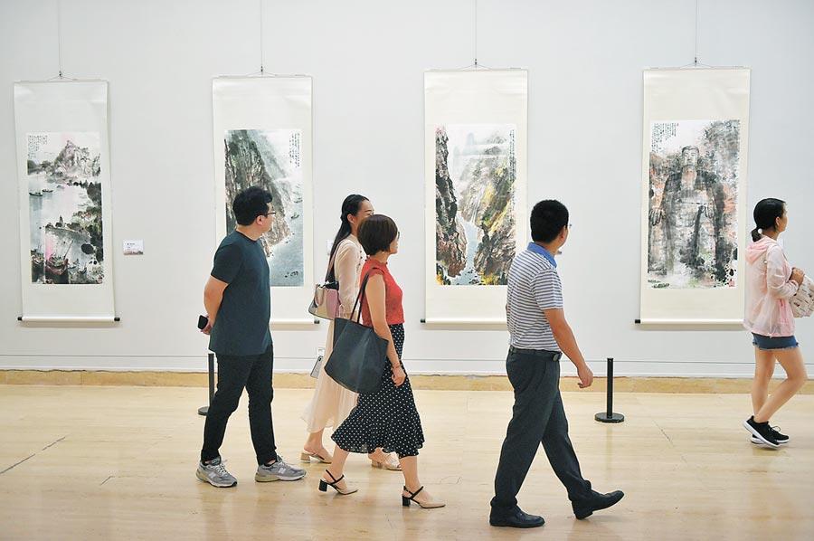 台灣畫家江明賢攜「雲月八千里」三度走進中國美術館,圖為8月初觀眾在北京中國美術館參觀展覽。(新華社)