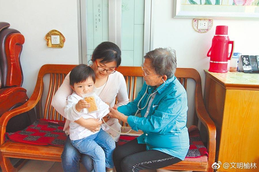 北京姑娘路生梅(右),24歲赴陝北行醫一待50年。(取自微博@文明榆林)