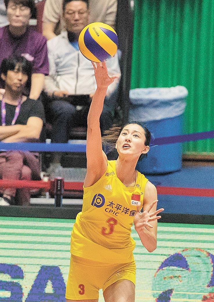 8月25日,大陸隊球員刁琳宇在女排亞錦賽中發球。(新華社)