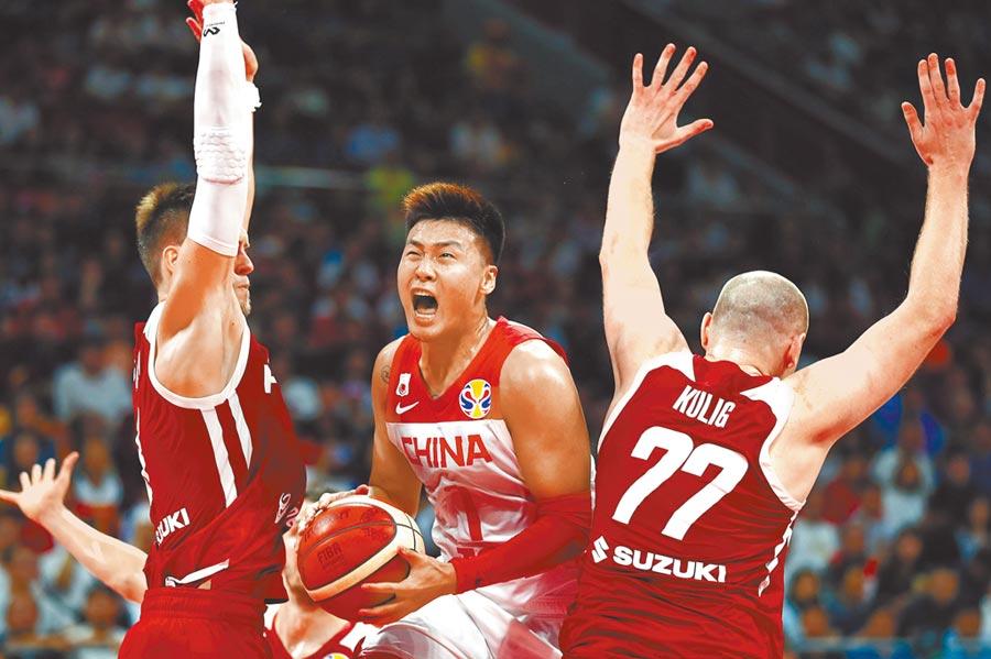 2日在北京舉行的2019國際籃聯比賽中,大陸球員趙睿(中)與波蘭隊纏鬥。(中新社)