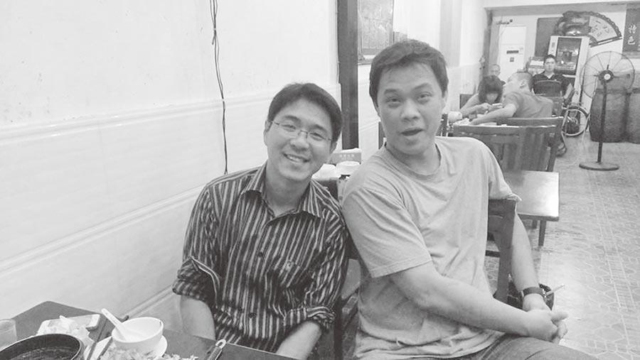 作者林士清(右)與高雄岡山老鄉楊哲安在平潭合影。(作者提供)