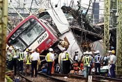 驚!傳車卡平交道 司機眼見火車撞來 傷重不治