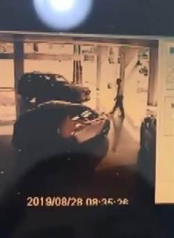 驚!倒車入庫用飛的 撞進汽車展示間