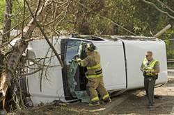2消防員值勤 遭失控車高速撞飛