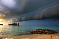 巴西海灘出現綿延上千公里的捲軸雲 遊客驚逃