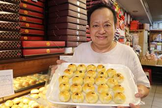 新莊百年餅店 中秋熱賣紅豆蛋黃酥